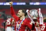 즐라탄 EFL 우승컵 들다