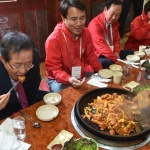 닭갈비 먹는 홍준표 대선후보와 김진태 의원