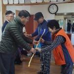 거진읍 주민자치위원회 장수지팡이 전달