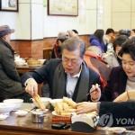 문 대통령, 베이징 서민식당 깜짝방문…빵·두유로 아침식사