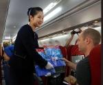잡지 나눠주는 북한 승무원