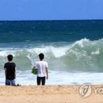 동해안 초가을 바람 '솔솔'…끝물 해수욕장 한산