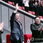 문대통령·김위원장, 집단체조 동반관람…15만 관중 기립박수