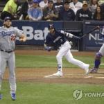 커쇼, 투수에 홈런 맞고 '와르르'…다저스 NLCS 첫판 패배