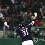'배트 짧게 쥔' 정수빈, 역전 투런포…두산, KS 2승 2패 균형