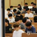 '발 등의 불' 논술…강남 대치동 학원가, 학부모·학생 '북적'