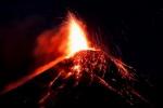 용암 분출하는 푸에고 화산