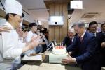 생일 맞은 문대통령, 대전 빵집서 '깜짝' 생일케이크 선물 받아