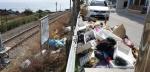안인진 흉물 쓰레기더미, 철길로 떨어져 탈선 위험