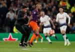 손흥민 득점 후 경기장 난입한 팬 탓에…토트넘, UEFA 징계위기