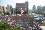 서울광장 가득 메운 '세계 노동절 대회' 참가자들