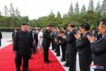 김정은, 집무실로 시진핑 초청…당 정치국원과 이례적 기념촬영