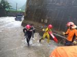 폭우에 고립된 트럭