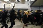 """""""홍콩 시위대 폭행 '백색테러' 가담자 30명 체포…2명 기소"""""""