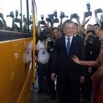 기증 스쿨버스 살펴보는 한-미얀마 정상