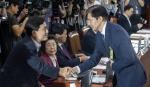 조국 후보자, 김진태 의원과 인사