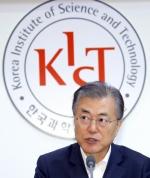 '조국 고심' 뒤로 한 文대통령…기술산실서 克日경쟁력 '고삐'