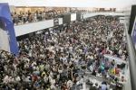 日 나리타공항, 태풍에 고립…여행객 1만3천명 누울 자리도 없어