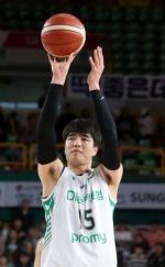 김종규, 첫 친정 나들이서 17점…DB 개막 4연승·LG는 5연패