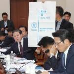 쌀 포대 보여주며 대북 쌀 지원 질의하는 유기준