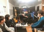 지역 음악가의 작업실에 모인 시민들