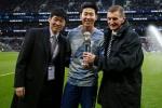 AFC '올해의 국제선수상' 트로피 든 손흥민