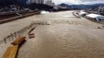 '부교 낚시터마저 떠내려가' 홍천강 꽁꽁축제 겨울비에 차질