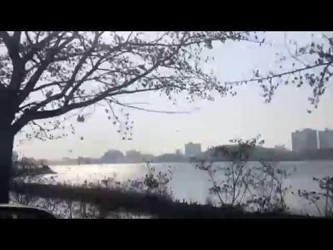 속초 영랑호에서 분주히 움직이는 산불 진화 헬기